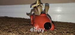 Extrêmement Rare Warner Bros Wile E. Coyote Dans Un Acme Rocket Car Resin Statue